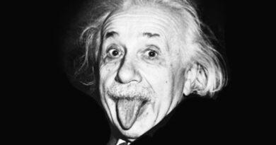 অ্যালবার্ট আইনস্টাইনের আইকনিক জিহ্বা বের করা ছবির পেছনের গল্প